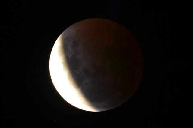 4 April 2015 lunar eclipse: the beautiful bronze color stars to show  (Dean Hooper)
