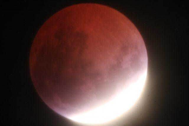 4 April 2015 lunar eclipse: the maximum eclipse is not far  (Ron Delvaux)