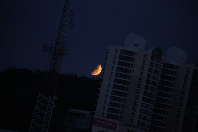 4 April 2015 lunar eclipse: the partially eclipsed Moon is setting in Panama  (Joaquin Fabrega Polleri)