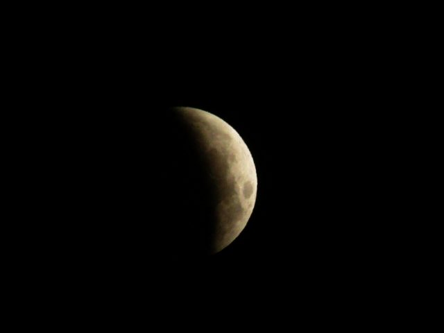 4 April 2015 lunar eclipse: more shadow than light, the show is ongoing (James McCue)