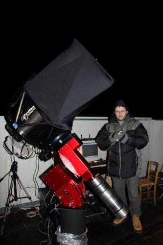 L'astrofisico Gianluca Masi, accanto ad uno dei telescopi robotici parte del progetto Virtual Telescope.