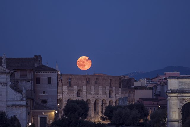 La Luna piena sorge sul Colosseo, il 20 luglio 2016