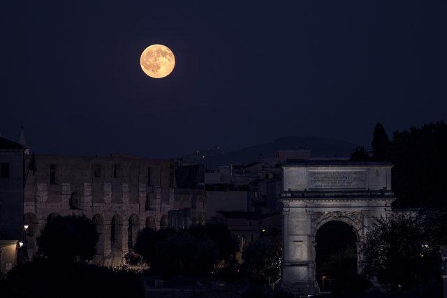 La Luna piena sull'Arco di Tito e sul Colosseo - 20 luglio 2016 - G. Masi