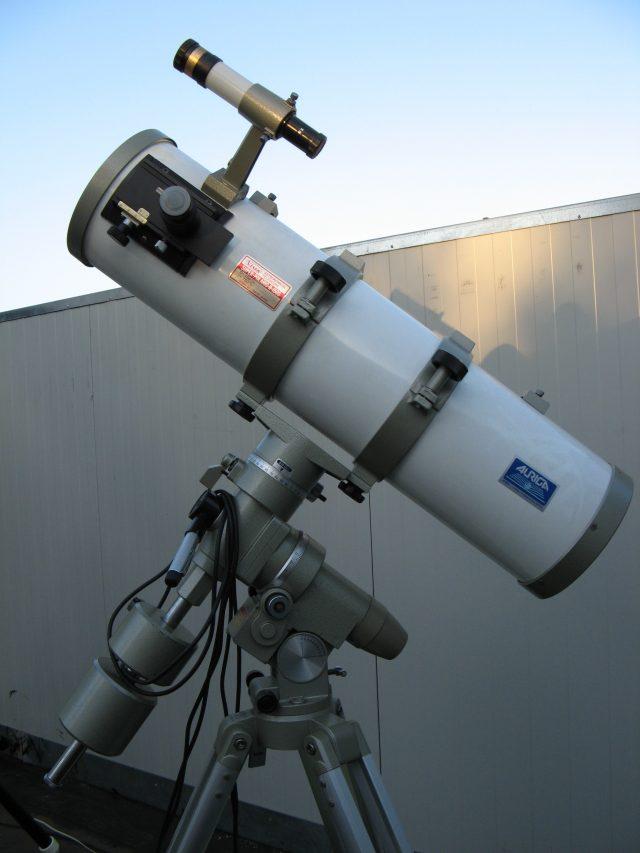 Un telescopio riflettore da 150 mm di apertura su montatura equatoriale alla tedesca