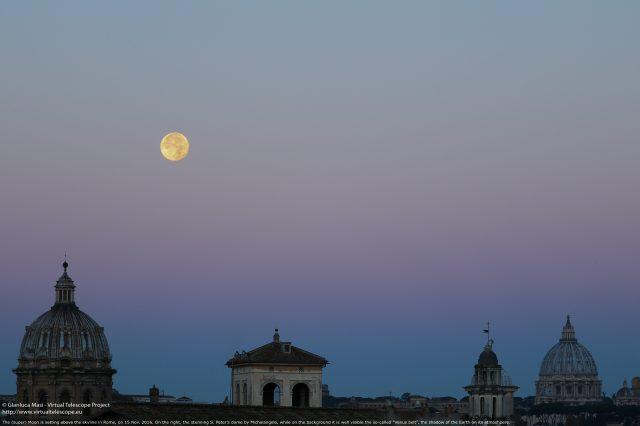 La Luna si appresta a tramontare mentre incombe il sorgere del Sole, che proietta l'ombra della Terra nell'atmosfera - 15 Nov. 2016
