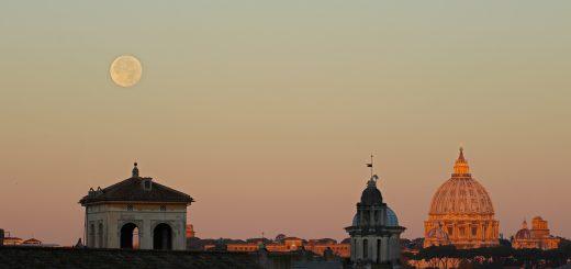 Il Sole è appena sorto e la Luna si affianca alla Cupola di San Pietro - 15 Nov. 2016