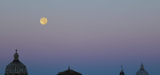 The Supermoon is setting at dawn, with the Earth's shadow clearly visible on the bottom - 15 Nov. 2016
