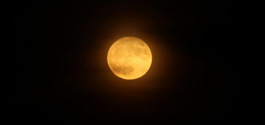 La Superluna del 14 novembre 2016 gioca con le nuvole