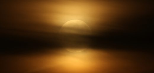 Le nuvole eclissano la superluna