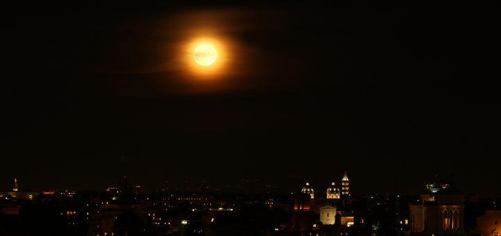 La Superluna sorge sull'orizzonte est del Gianicolo, a Roma. Si riconoscono l'Altare della Patria e l'Ara Coeli - 15 Nov. 2016