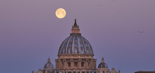 The Moon is reaching the Dome's lantern, as expected from the place selected to shoot the images