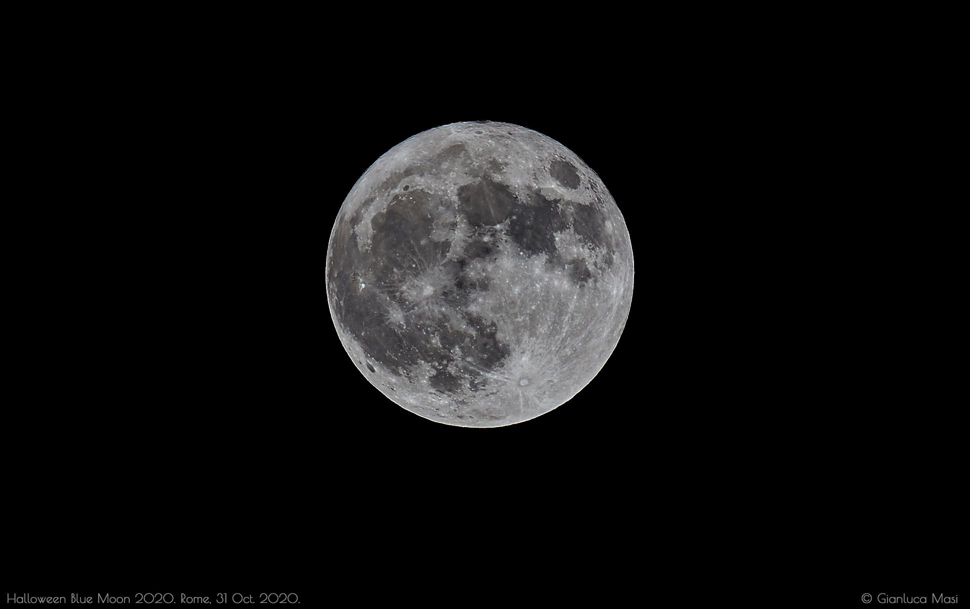 The Halloween Blue Moon 2020 at night.