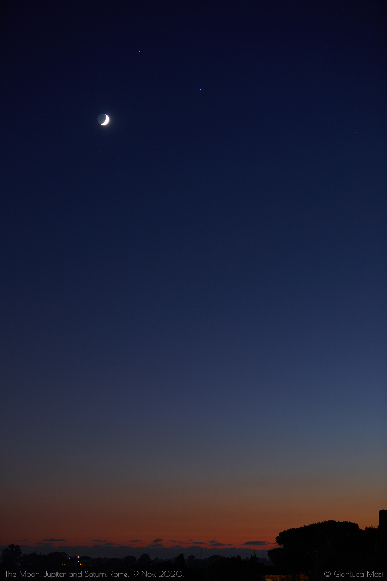 The Moon, Jupiter and Saturn in the glorious colors of sunset. 19 Nov. 2020.