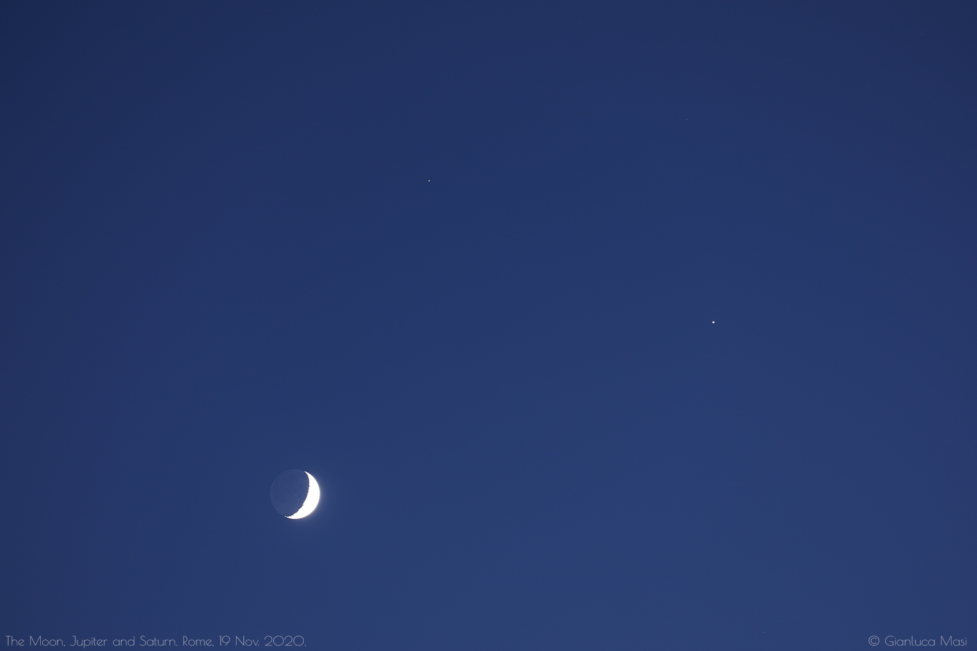 While the sky was still clear, Jupiter and Saturn showed so nicely close to the lunar disk. 19 Nov. 2020.