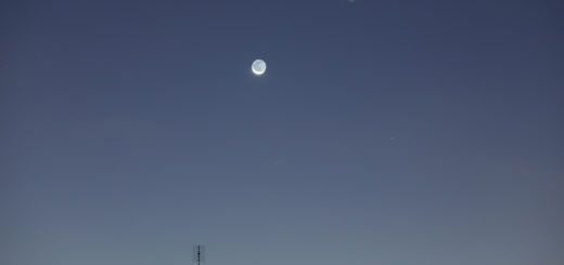 The Moon, Venus and Mercury (just above the roof, in the middle) shine at dawn. 13 Nov. 2020.