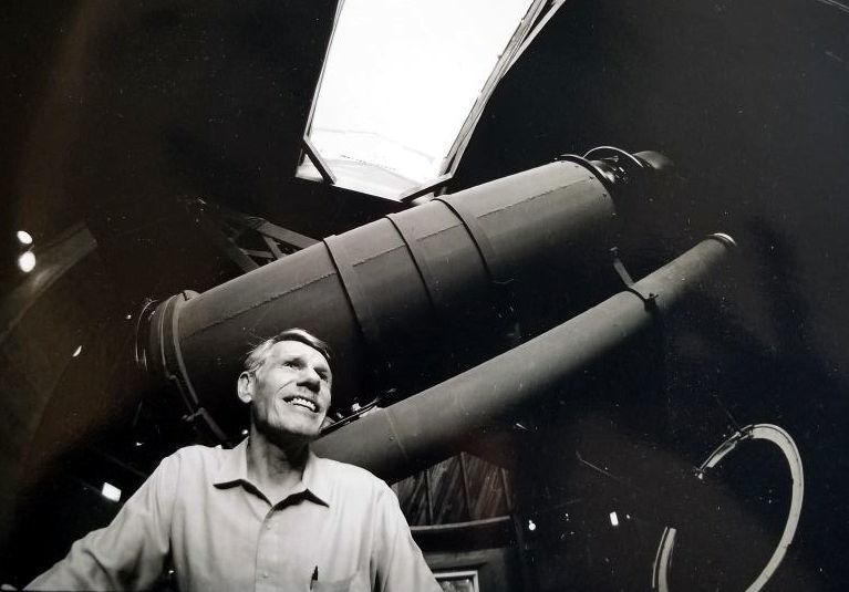 L'astronomo Norman G. Thomas, davanti al telescopio del Lowell Observatory.