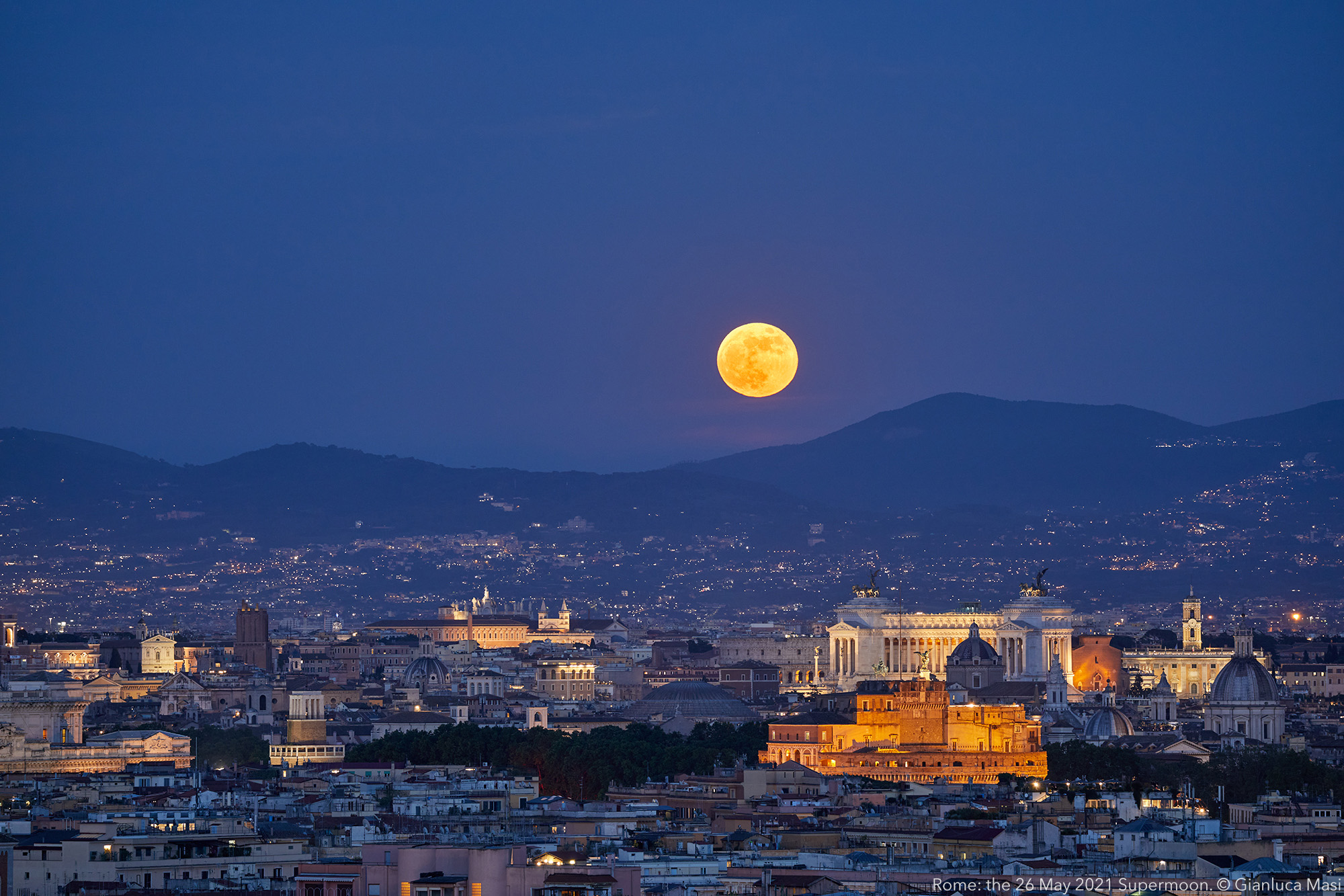 A wider view on Rome and the Supermoon. 26 May 2021.
